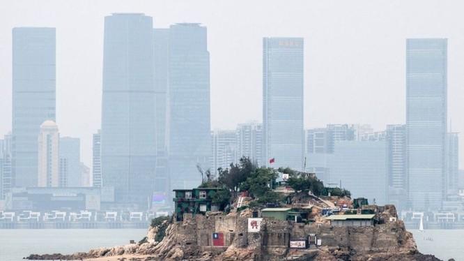 Đảo Tiểu Kim Môn chỉ cách thành phố Hạ Môn, Phúc Kiến hơn 2km, là tiền đồn quân sự của Đài Loan (Ảnh: Getty).