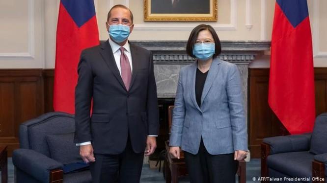 Ngày 10/8, Bộ trưởng Y tế Mỹ Alex Azar thăm Đài Loan và được bà Thái Anh Văn tiếp, có vẻ đã mở ra thời kỳ mới cho quan hệ Mỹ - Đài Loan (Ảnh: AFP).