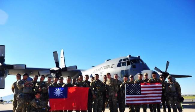Mặc dù không có quan hệ ngoại giao chính thức nhưng quan hệ quân sự Mỹ - Đài Loan vẫn được duy trì chặt chẽ. Trong ảnh: đoàn quân sự Đài Loan sang Mỹ giao lưu năm 2014 (Ảnh: Creaders).