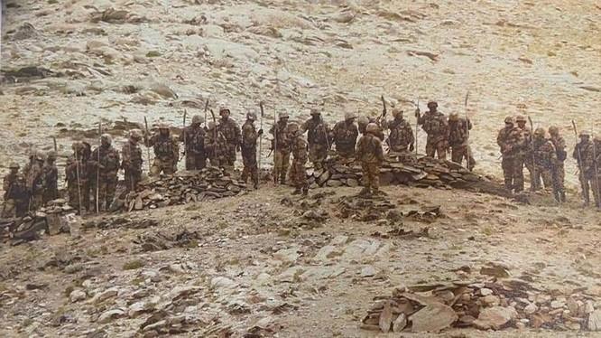 Hình ảnh lính PLA mang súng và gậy gộc, giáo, trường đao kéo đến vị trí của lính biên phòng Ấn Độ hôm 7/9 (Ảnh: Đa Chiều).