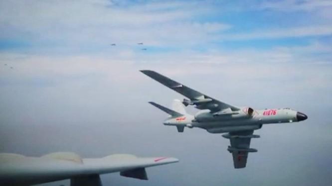 Máy bay H-6K của Trung Quốc mang vũ khí bay vào không phận Đài Loan (Ảnh: Đa Chiều).