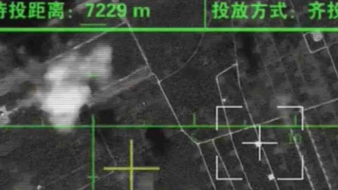 """Hình ảnh phi công chiếc H-6K khóa mục tiêu sân bay đối phương chuẩn bị tấn công trong phim """"Tên tôi là Chiến Thần"""" (Ảnh: Đa Chiều)."""