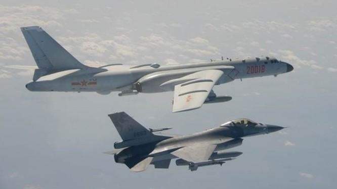 Máy bay F-16 của Đài Loan bay giám sát H-6 của PLA ở vùng trời gần Đài Loan (Ảnh: Đông Phương).