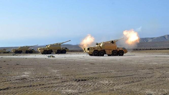 Pháo binh Azerbaijan nã đạn sang phía trận địa Armenia (Ảnh: Sohu).