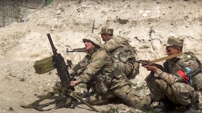 Lính Azerbaijan tại mặt trận nã súng phóng lựu vào quân đội Armenia (Ảnh: Reutrs).