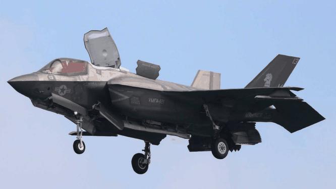 Chiếc F-35B giá hơn 100 triệu USD bị rơi do va chạm với máy bay tiếp dầu trên không KC-130 (Ảnh: Sohu).
