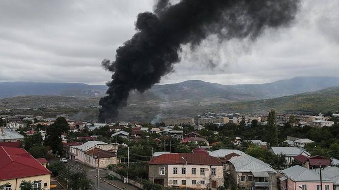 Thành phố Stepanakert thủ phủ của vùng Nagorno-Karabakh bị Azerbaijan pháo kích hôm 4/10 (Ảnh: Sohu).
