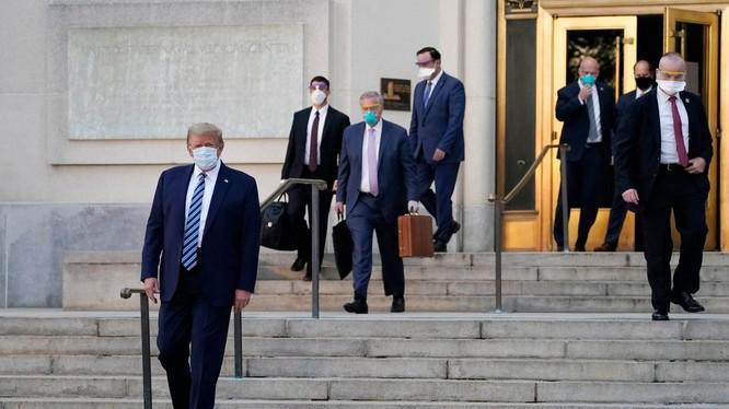 Ông Trump rời khỏi bệnh viện ra xe lên trực thăng trở lại Nhà Trắng (Ảnh: WSJ)