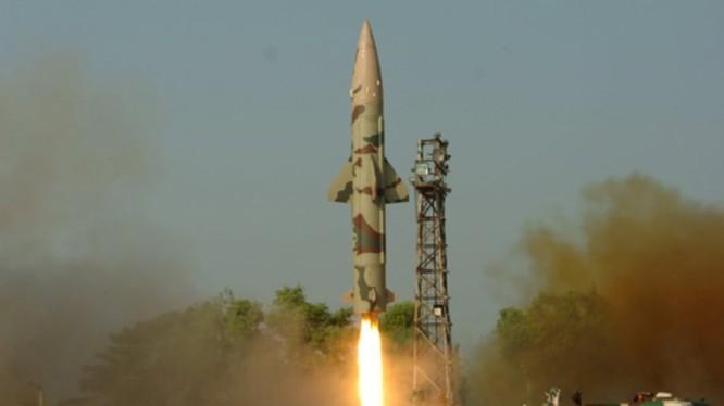 Truyền thông Ấn Độ nói vụ thử nghiệm thành công tên lửa đạn đạo chiến thuật mang đầu đạn hạt nhân Prithvi-II hôm 17/10 là nhằm vào Trung Quốc (Ảnh: mil.sina).