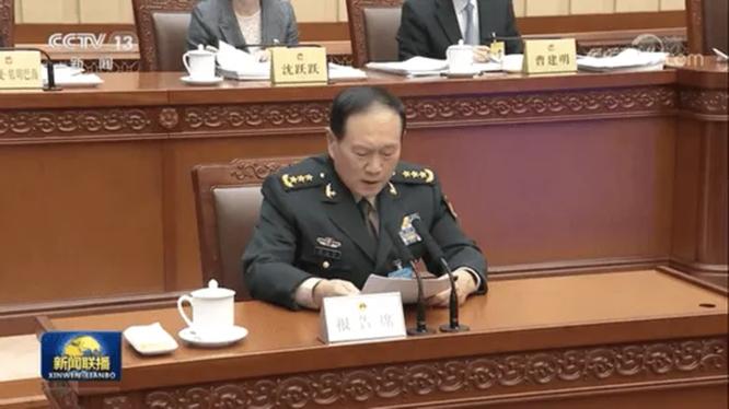 Bộ trưởng Quốc phòng Trung Quốc Ngụy Phượng Hòa giải trình về dự thảo Luật Quốc phòng sửa đổi trước Ủy ban thường vụ Quốc hội (Ảnh: CCTV).
