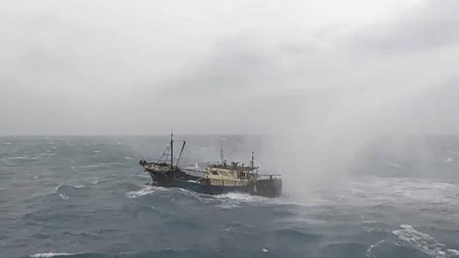 Tàu cá Trung Quốc đại lục bị tàu Cao Hùng của Đài Loan dùng vòi rồng xua đuổi hôm 24/10 (Ảnh: CNA)