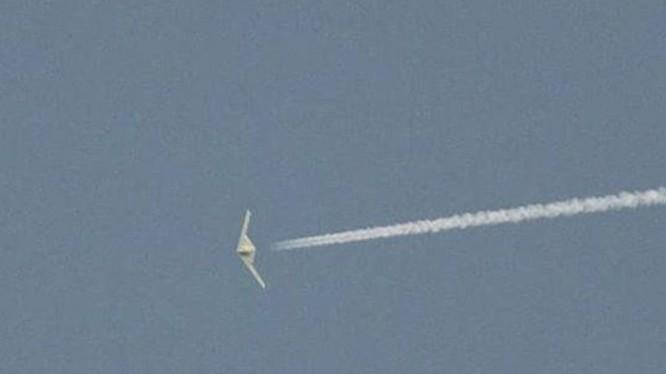 Hình ảnh được cho là chiếc UAV RQ-180 bị một người chụp được đưa lên mạng xã hội và tạp chí Aviation Weekly đăng lại (Ảnh: Dongfang).