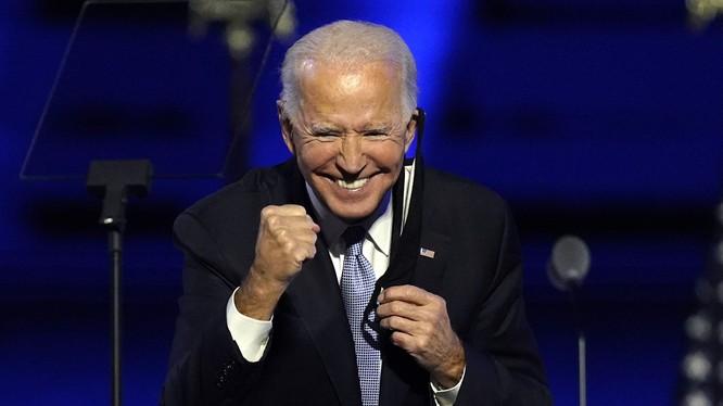 Chính sách với Trung Quốc của ông Joe Biden được dư luận đặc biệt quan tâm. Trong ảnh, ông Biden rất phấn khích khi tuyên bố thắng cử hôm 7/11 (Ảnh: AP).