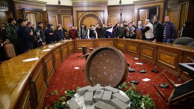 Sau khi Thủ tướng Pashinyan ký hiệp ước ngừng bắn, thực tế là chấp nhận thất bại, người dân Armenia xông vào Văn phòng Thủ tướng và nhà Quốc hội đạp phá, lục soát (Ảnh: AP).