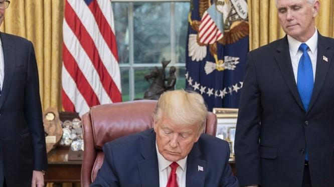 Ngày 12/11, Tổng thống Mỹ Donald Trump đã ký Mệnh lệnh hành pháp cấm các công ty, thực thể và cá nhân Mỹ đầu tư vào 31 công ty được cho là có liên quan đến PLA (Ảnh: Getty).