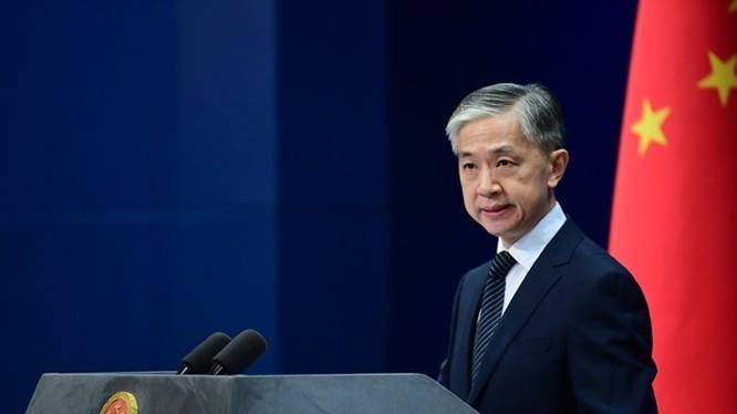 Chiều 13/11, tại cuộc họp báo, người phát ngôn Bộ Ngoại giao Trung Quốc Uông Văn Bân gửi lời chúc mừng ông Joe Biden và bà Kamala Harris thắng cử (Ảnh: Dongfang).
