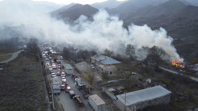 Nagorno-Karabakh sau khi lệnh ngừng bắn được thực thi: người Armenia sống ở các khu vực phải bàn giao cho Azerbaijan tự đốt nhà, thu dọn đồ đạc bỏ về Armenia (Ảnh: AP).