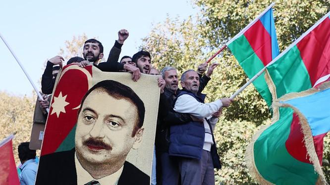 Sau khi hiệp định hòa bình về Nagorno-Karabakh được ký, cả nước Azerbaijan đã mở hội ăn mừng (Ảnh: Getty).