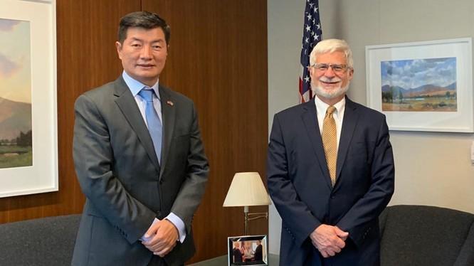 """Ngày 20/11, Điều phối viên đặc biệt của Mỹ về Tây Tạng, Trợ lý Bộ trưởng Ngoại giao Robert Destro tiếp lãnh đạo """"chính phủ Tây Tạng"""" lưu vong Lobsang Sangay (trái) tại Nhà Trắng (Ảnh: Theweek)."""