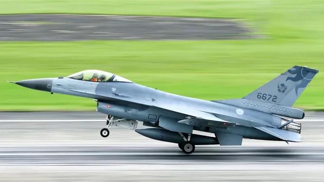 Chiếc F-16 số hiệu 6672 do Tưởng Chính Chí lái trước khi bị mất tích tối 17/11 (Ảnh: Guancha).