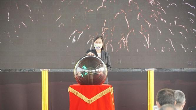 Bà Thái Anh Văn nhấn nút khởi công đóng chiếc tàu ngầm đầu tiên của Đài Loan tại nhà máy đóng tàu Cao Hùng hôm 24/11 (Ảnh: Dwnews).