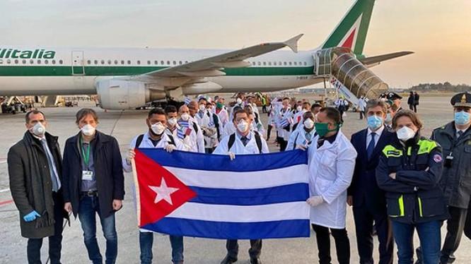 Các nhân viên y tế Cuba tới giúp Italy chống dịch hồi tháng 3/2020 được đánh giá cao (Ảnh: kknews).