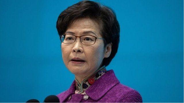 Đặc khu trưởng Hồng Kông Carrie Lam thừa nhận,do bị Mỹ trừng phạt, bà không thể có tài khoản ngân hàng, buộc phải sử dụng tiền mặt (Ảnh: EPA).
