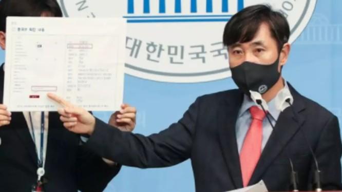 Nghị sĩ Ha Tae-kyung thuyết trình về camera giám sát Trung Quốc cài phần mềm gián điệp trước quốc hội (Ảnh: Chosun).