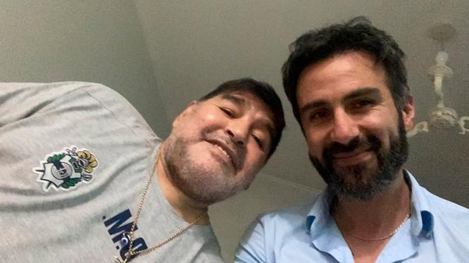 Sau khi Maradona đột tử vì bệnh tim, ngày 29/11, cơ quan công tố Argentina đã truy tố bác sĩ riêng của ông là Leopoldo Luque (phải) về tội vô ý gây chết người (Ảnh: infobae.com).