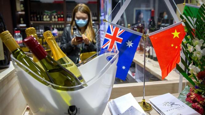Việc Trung Quốc áp thuế chống phá giá đối với rượu vang nhập khẩu của Australia khiến quan hệ vốn đã căng thẳng giữa hai nước càng xấu thêm (Ảnh: Dwnews).
