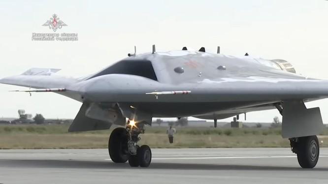 Ngày 2/12, Nga đã bắt đầu thử nghiệm sử dụng UAV thế hệ thứ 6 Sukhoi S-70 Okhotnik vào không chiến (Ảnh: BQP Nga).