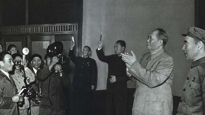 Hai ông Mao Trạch Đông và Lâm Bưu tiếp đoàn kịch Nhật Bản sang Trung Quốc biểu diễn năm 1967 (Ảnh: Renminhuabao).