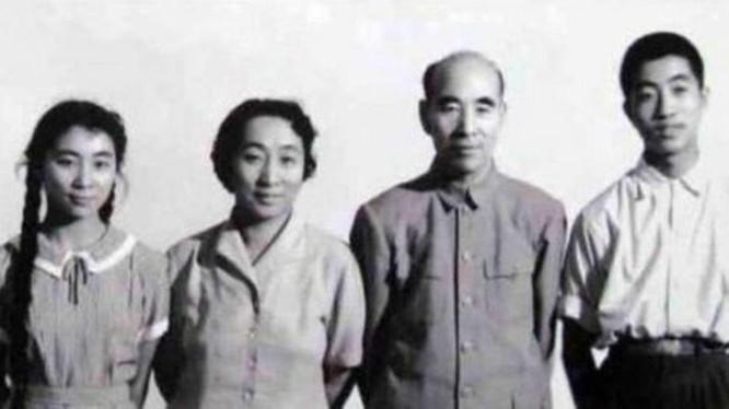 Gia đình Lâm Bưu: Lâm Lập Quả, Lâm Bưu, Diệp Quần, Lâm Đậu Đậu (phải qua trái), 3 người tử nạn trong Sự kiện 13/9, trừ Lâm Đậu Đậu (Ảnh: kanlishi).