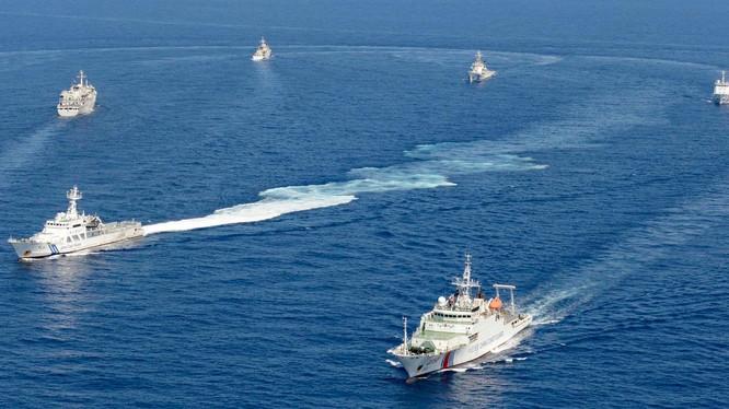 Tàu tuần tra Nhật Bản (trái) xua đuổi tàu Hải cảnh Trung Quốc ở vùng biển quần đảo tranh chấp Senkaku/Điếu ngư (Ảnh: Dwnews).