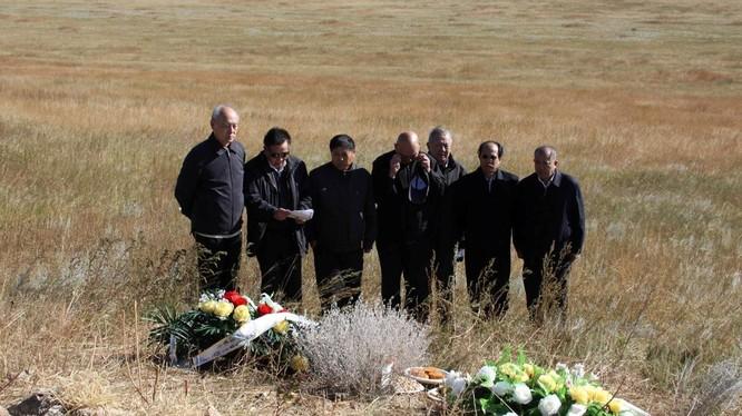 Ngày 13/9/2011, Trương Thanh Lâm, con rể Lâm Bưu (chồng Lâm Đậu Đậu) là người thân đầu tiên cùng một số bạn bè tới viếng mộ Lâm Bưu, Diệp Quần, Lâm Lập Quả và các nạn nhân ở thảo nguyên Onduhan, Mông Cổ (Ảnh: Dwnews).