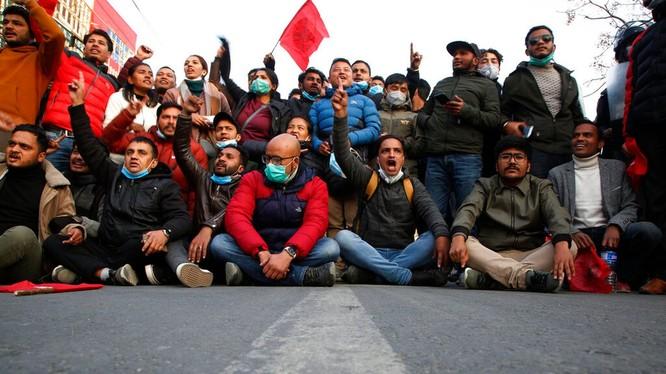 Người Nepal biểu tình phản đối giải tán quốc hội hôm 20/12 (Ảnh: AP).