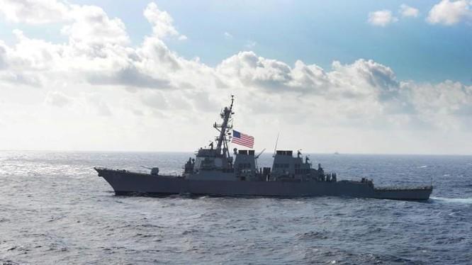 Tàu khu trục tên lửa USS Curtis Wilbur (DDG-54) - một trong hai tàu đi qua eo biển Đài Loan sáng 31/12 (Ảnh: Dongfang).
