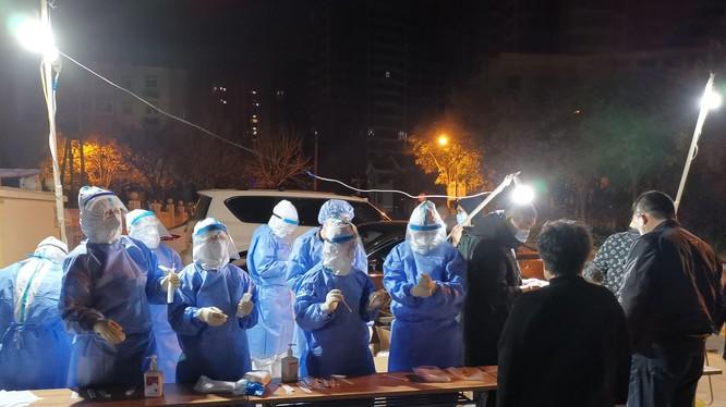 Gần đây, số ca lây nhiễm trong cộng đồng Trung Quốc đang tăng nhanh, các nhân viên y tế lấy mẫu xét nghiệm SARS-CoV-2 cho dân chúng (Ảnh: Tân Hoa xã).