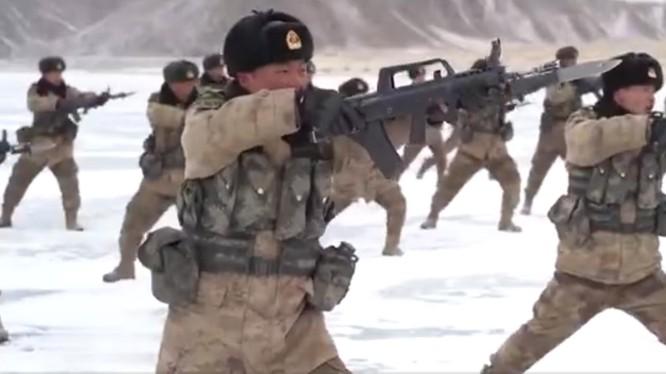 Lính Trung Quốc ở biên giới Trung - Ấn luyện tập chiến đấu trong điều kiện băng tuyết (Ảnh: Dwnews).