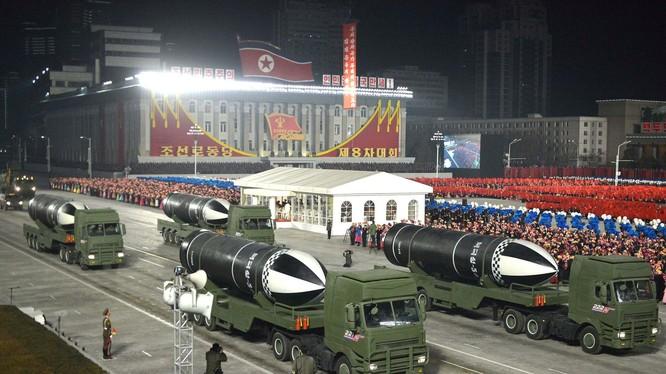 """Tên lửa chiến lược mới phóng từ tàu ngầm """"Pukguksong-5"""" lần đầu tiên xuất hiện tại cuộc duyệt binh tối 14/1 (Ảnh: KCNA)."""