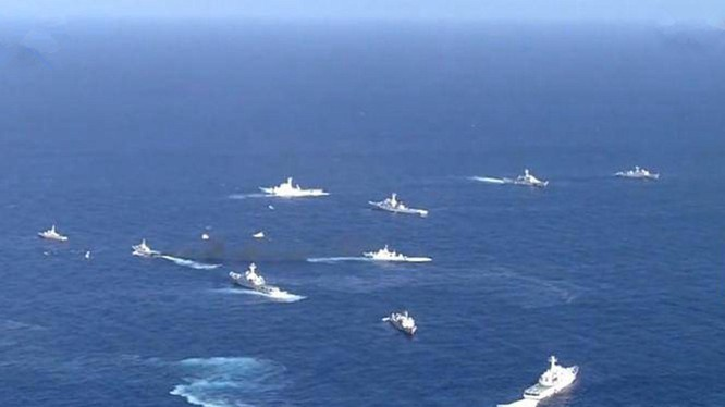 Nhật phản đối các tàu công vụ Trung Quốc nhiều lần đi vào vùng biển quần đảo Senkaku/Điếu Ngư. Trong ảnh: tàu công vụ hai bên đụng đầu nhau gần quần đảo tranh chấp (Ảnh: Dwnews).