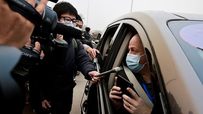 Các phóng viên tiếp cận, phỏng vấn nhanh ông Peter Daszak (Ảnh: Reuters).
