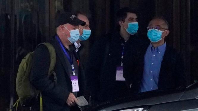 Ông Ken Maeda (phải) cùng các thành viên trong nhóm chuyên gia quốc tế của WHO ở Vũ Hán (Ảnh: komonews).