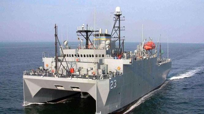 Tàu trinh sát Mỹ USNS Impeccable đang hoạt động ở vùng biển Hoàng Sa (Ảnh: Đông Phương).