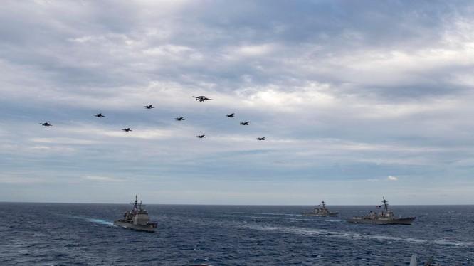 Hai nhóm tác chiến tàu sân bay Mỹ tập trận trên Biển Đông hôm 9/2 (Ảnh: HĐ7).