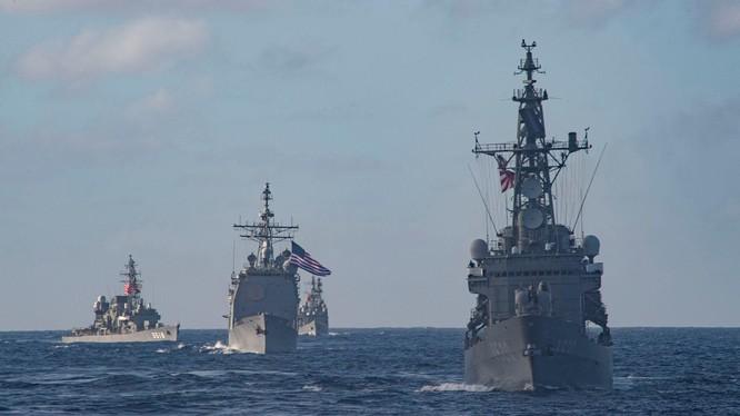Các tàu chiến của hải quân Mỹ và Nhật Bản diễn tập cung hôm 28/2 (Ảnh: HĐ7).