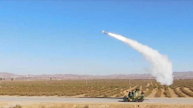 Hệ thống HQ-17AE đang phóng tên lửa trong khi cơ động (Ảnh: BKNB).