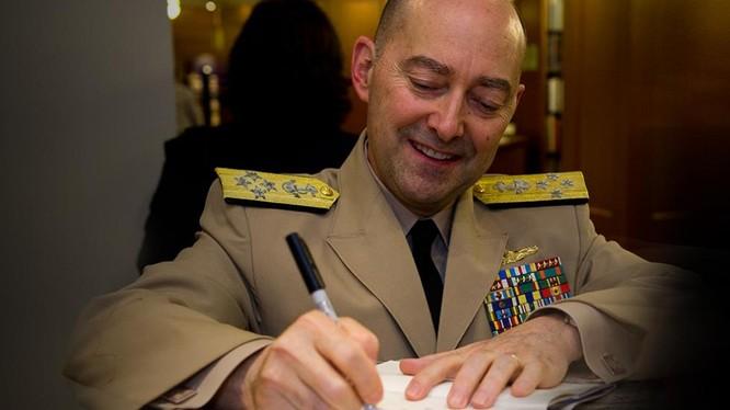 """Đô đốc Mỹ về hưu James Stavridis, cựu Tư lệnh Liên minh NATO: quân đội Mỹ đang chuẩn bị tiến hành """"chiến tranh du kích"""" với Trung Quốc trên Biển Đông (Ảnh: Sina)."""