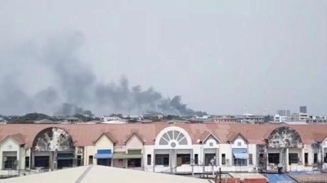 Các nhà máy Trung Quốc trong Khu công nghiệp Hlaing Tharyar bị đốt cháy (Ảnh: Đông Phương).