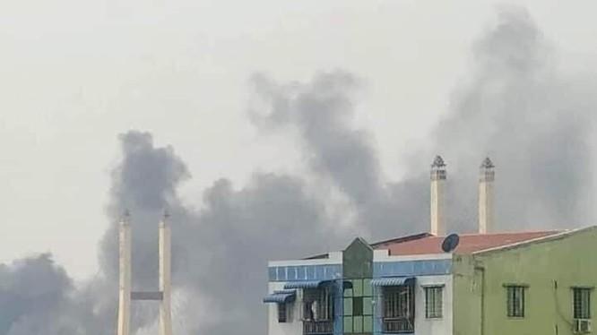 32 công ty Trung Quốc đã bị những người biểu tình ở Yangon đốt phá trong ngày 14/3 (Ảnh: Ifeng).